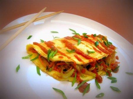 Омусоба – японский омлет с овощами, лапшой и соусом тонкацу