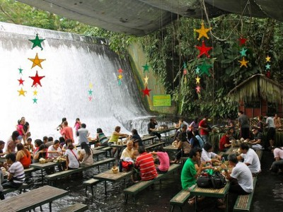 На Филиппинах работает ресторан-водопад