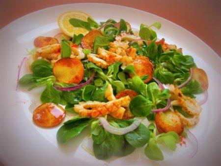 Салат с кальмарами и картофельными чипсами с медово-лимонной заправкой