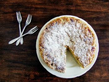 Дрожжевой торт с миндальным штрейзелем и масленым ванильным кремом.