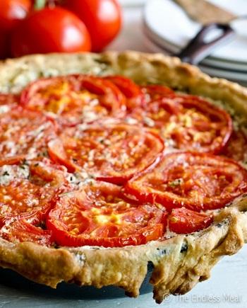 Открытый пирог с сыром и помидорами