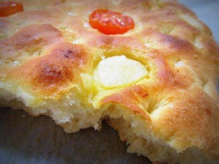 Картофельная фокачча с томатами и чесноком