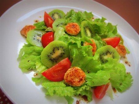 Лёгкий салат с киви и куриными медальончиками