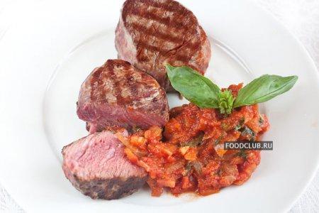 Филе-миньон и томатный соус с базиликом