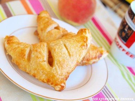 Слоеные пирожки с персиками