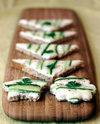 Бутерброды из бородинского хлеба с соленым огурчиком