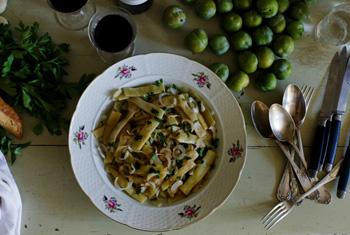Салат из плоских бобов с зеленым луком