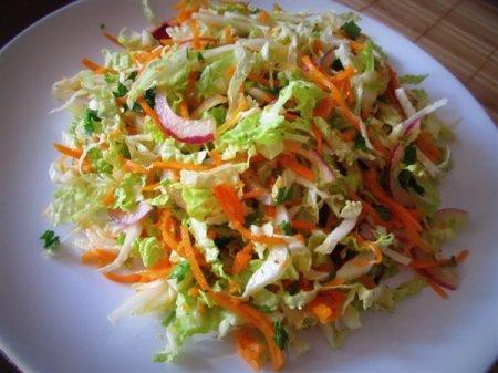 Куриные шашлычки с острым салатом из свежих овощей
