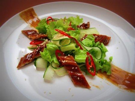 Салат с жареным угрём и чили