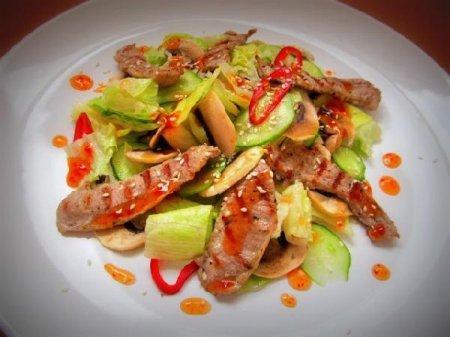 Салат с грилованной индейкой под соусом чили