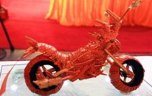 Шеф-повар создает модели мотоциклов из омаров