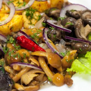 Салат грибное лукошко с маринованными опятами