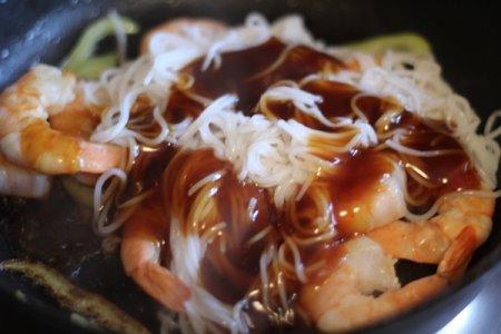 Рисовая лапша с креветками в соусе Терияки