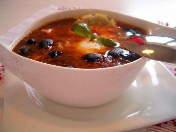 Солянка с колбасой и маслинами