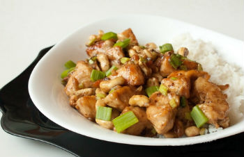 Курица, жаренная с овощами и кешью