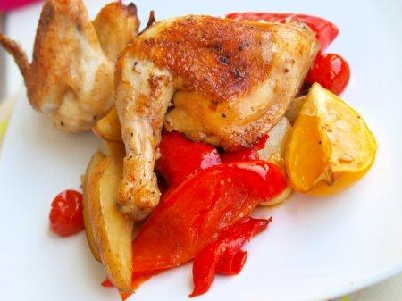 Курица, запеченная с лимоном, сладким перцем и картошкой