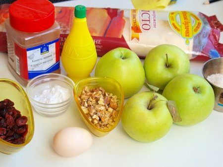 Штрудель из слоеного теста с яблоками и сушеной клюквой