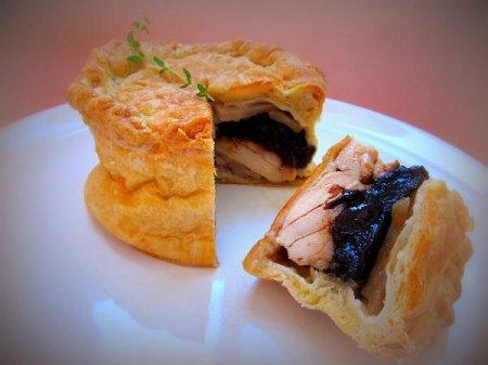 Мини-пирог с курицей и черносливом
