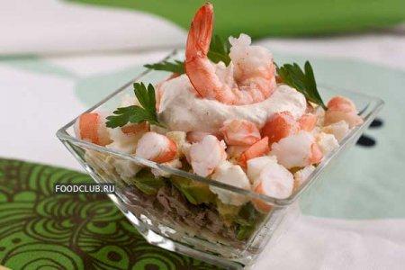 Слоеный салат с тунцом и креветками