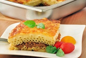 Сытный завтрак с макаронами и мясом