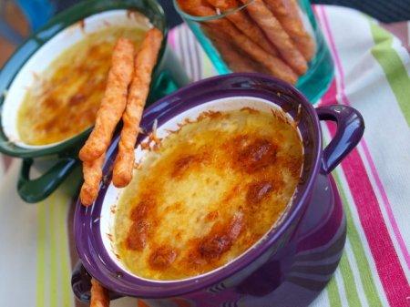 Луковый суп с сырными палочками