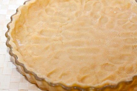 Тарт с малиной и розмариновым кремом