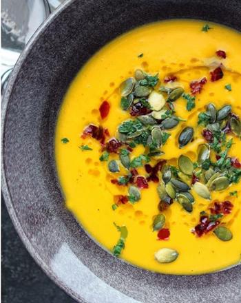 Сливочный тыквенный суп-пюре с жареными семечками тыквы и клюквой