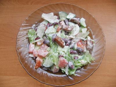 Фасолевый салат с сосисками