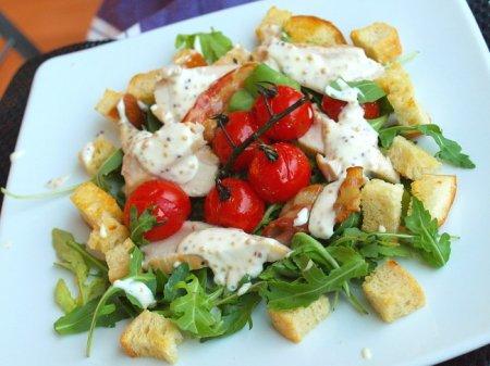 Салат с курицей в стиле BLT