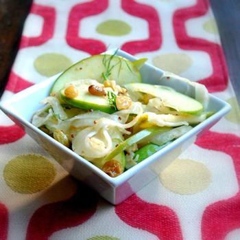 Салат из квашеной капусты, изюма и зеленого яблока