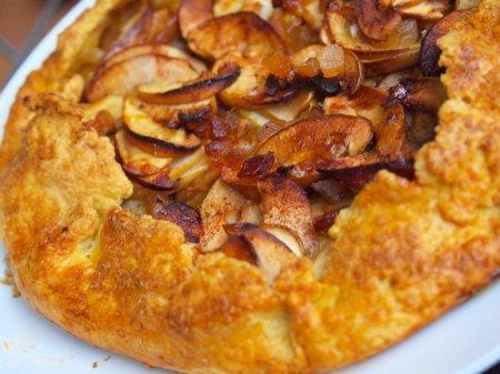 Яблочная галета с карамельным сахаром и имбирными цукатами