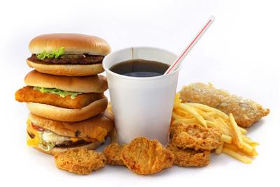 Нездоровая пища делает детей толстыми, даже если они занимаются спортом
