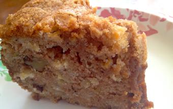 Бисквит с яблоками и орехами