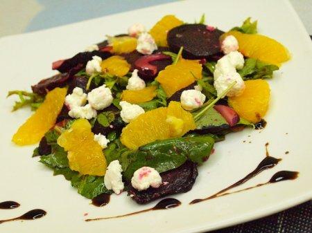 Салат из запеченной свеклы с оливками и апельсинами