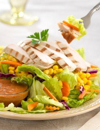 Горячий салат с курицей и кукурузой