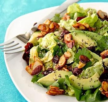 Салат c креветками, авокадо и кедровыми или миндальными орешками