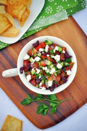 Необычный греческий салат с мясом и сухариками