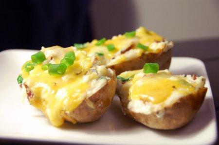Картошка в мундире с сыром и чесноком