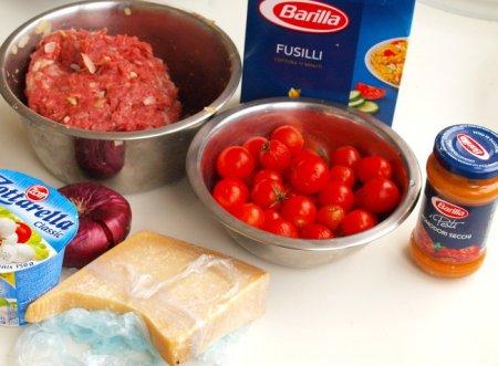 Запеканка с говяжьими фрикадельками, фузилли и томатным песто