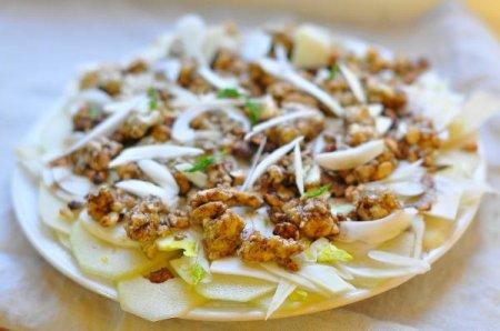 Салат с грушей, фенхелем и горгонзолой