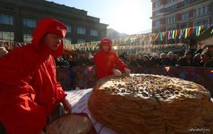 В Уфе приготовили самый большой блинный торт в России