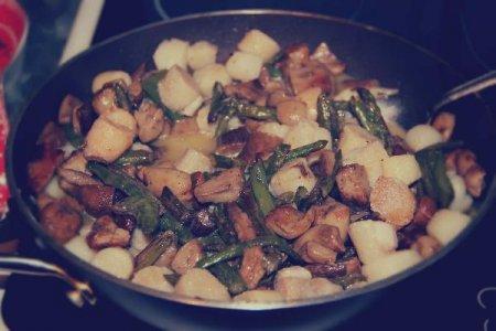 Гребешок с белыми грибами и спаржей в сливочном соусе