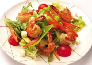 Зелёный салат с креветками и голубым сыром