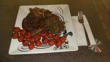 Ти-бон стейк с аргентинским соусом и томатами