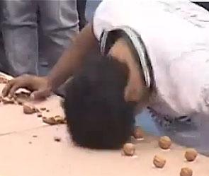 Пакистанец расколол 155 орехов головой