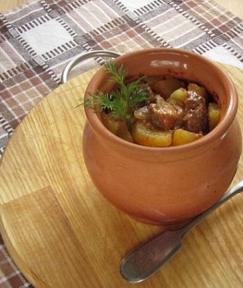 Мясо с картошкой и грибами в горшочках