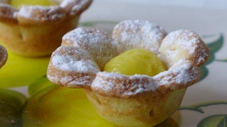 Лимонный крем в праздничных корзиночках из песочного теста