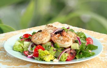Салат с жареными креветками и маринованным красным луком