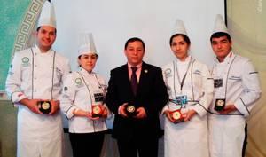 Повар из Узбекистана приготовил плов в сковородке