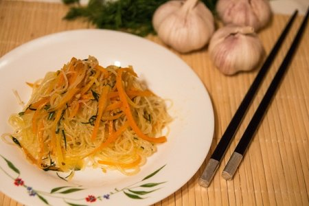 Острый салат с фунчозой